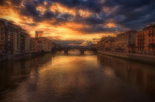 Обои Река с мостом и домами на фоне пасмурного неба
