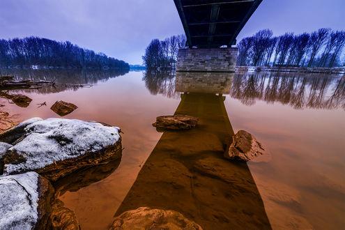 Обои Мост через реку с деревьями на берегу