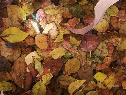 Обои Девушка с розовыми волосами лежит на земле прикрытая листьями