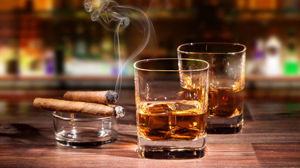 Обои Два бокала виски и сигара