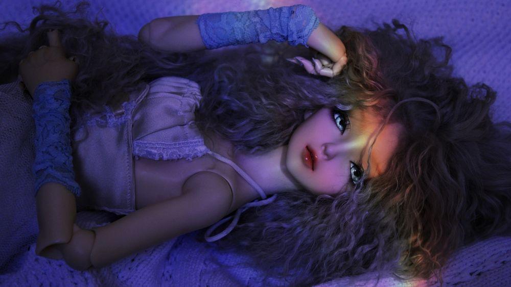 Кукла лежит картинка