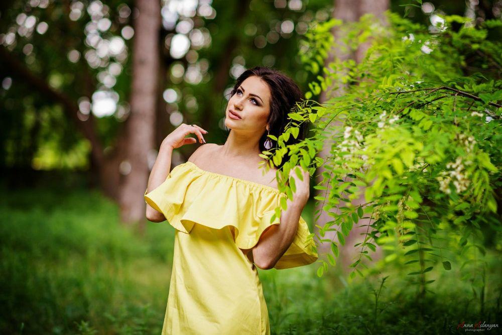 Девушка в летнем синем платье