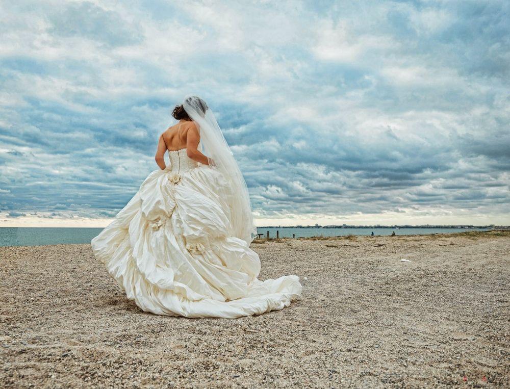 eroticheskie-foto-devushek-v-svadebnom-plate-dama-chulochkah-neistovo