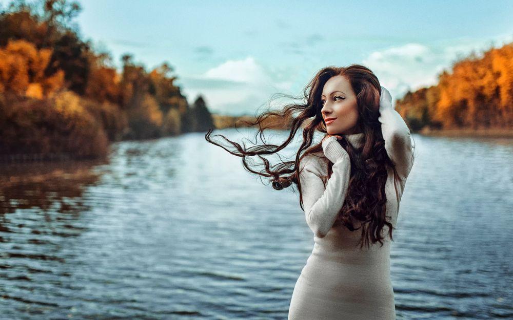 Девушка в платье у озера