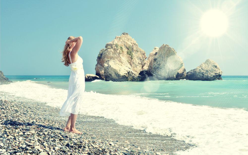 Фото девушки у моря в белом