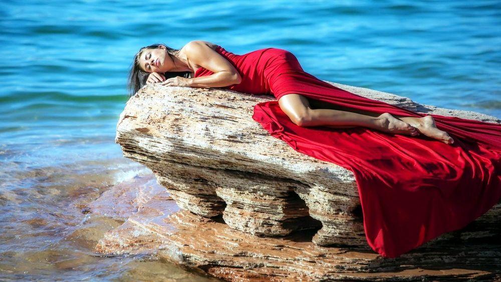Девушка в платье у воды фото