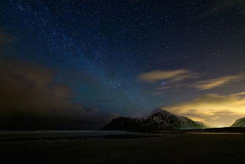Обои Звездное небо над горой
