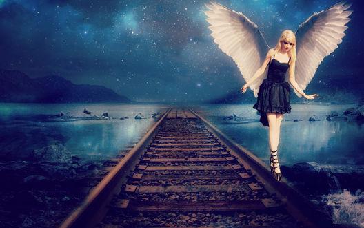 Обои Девушка-ангел в черном платье стоит на рельсе, на фоне воды и ночного неба