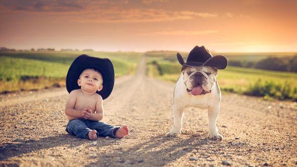 Обои Малыш в шляпе и собака на дороге