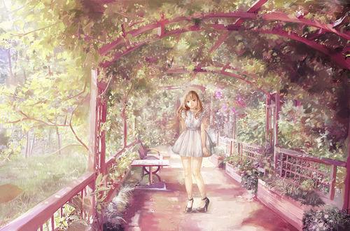 Обои Девушка в белом платье стоит в беседке, увитой листьями