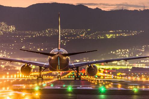 Обои Самолет приземляется на взлетно-посадочную полосу аэродрома в ярких огнях, by Takahiro Bessho