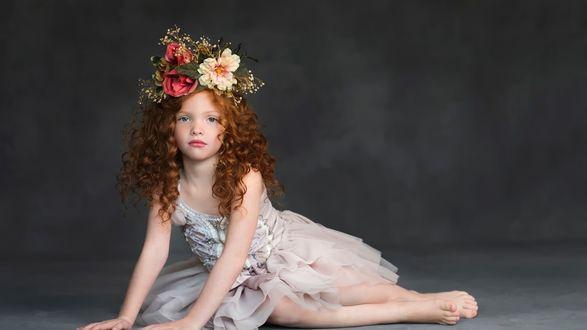 Обои Девочка с голубыми глазами с цветами в волосах