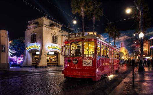 Обои Красный трамвай едет по ночному городу