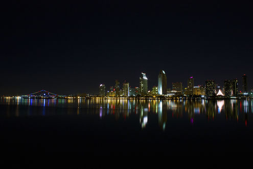 Обои Огни ночного города на черном фоне ночного неба и залива