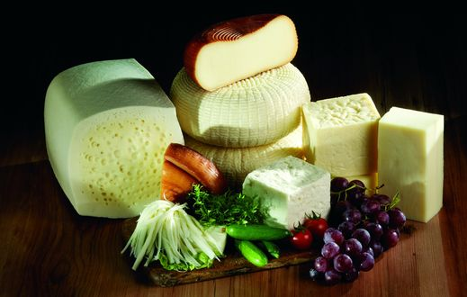 Обои Сыр разных сортов, виноград и овощи на столе