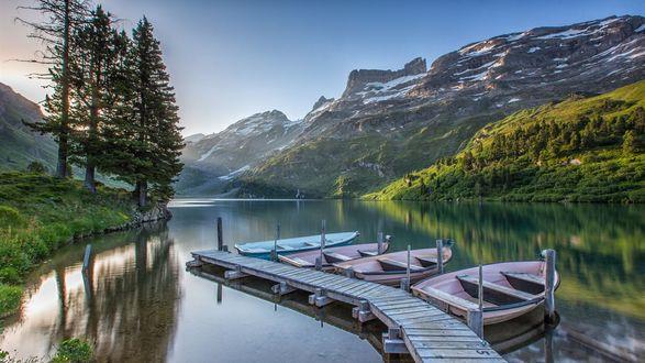 Обои Утро в Швейцарских Альпах, лодки у причала на водной глади среди леса и гор