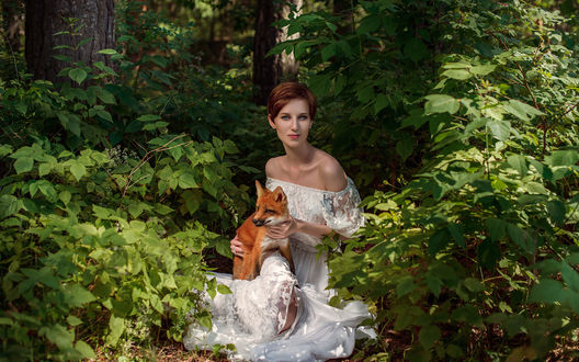 Обои Девушка в белом платье держит на руках рыженького лисенка