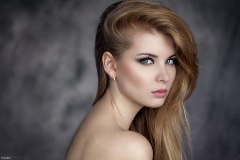 Обои Портрет девушки на сером фоне