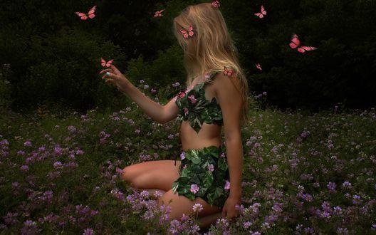 Обои Светловолосая девушка сидит в поле среди розовых цветов в окружении бабочек