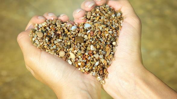 Обои Сердце из мелких камней в руках