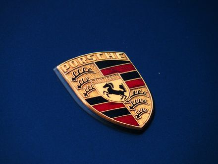 Обои Логотип Porsche Carrera 3. 2 Cabrio на капоте авто