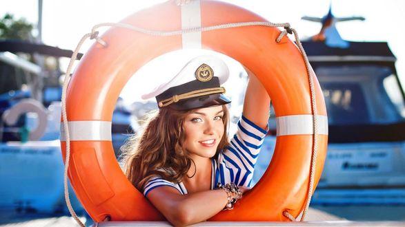 Обои Девушка в капитанской фуражке и спасательном круге
