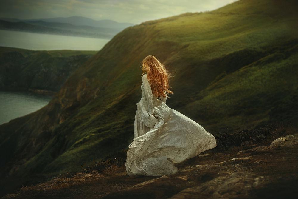 Женщина в платье на природе фото