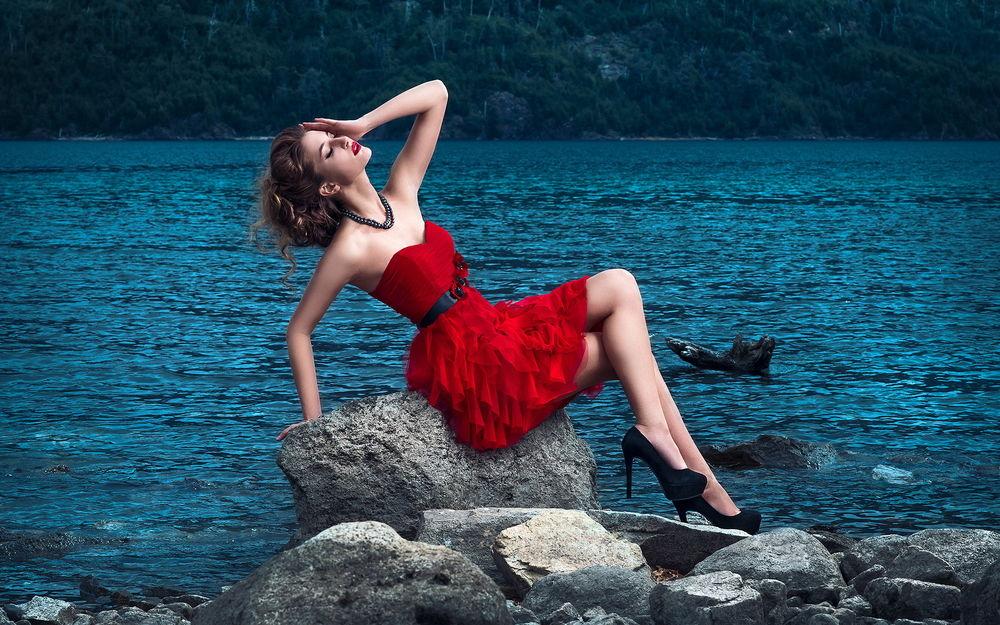 Девушка на море в красном картинки