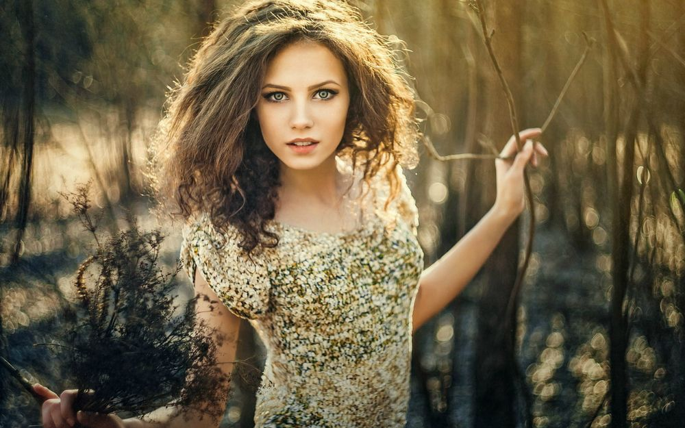 Девушка в блестящем  фото