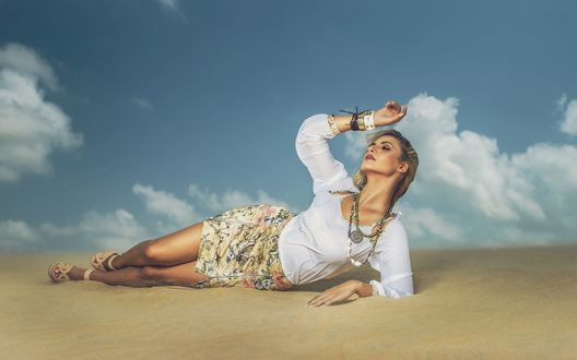 Девушка в юбке лежит на дороге фото 427-612