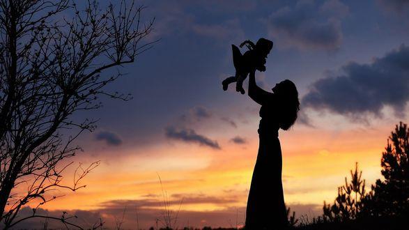 Обои Силуэт девушки с малышом