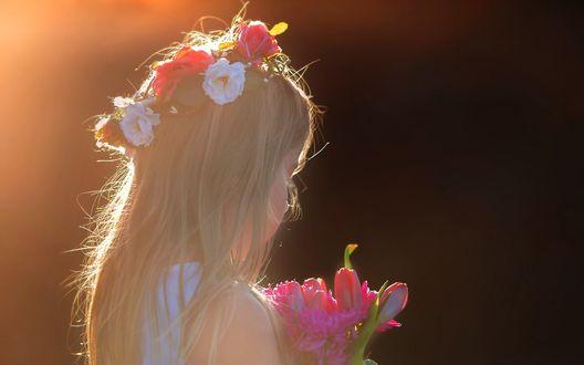 Обои Девочка с букетом цветов