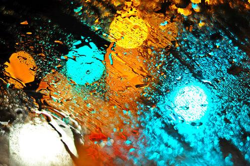 Обои Капли воды на стекле, цветные огни на стекле