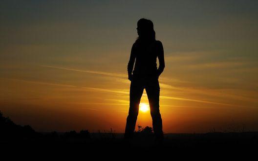 Обои Силуэт человека на воне заходящего солнца