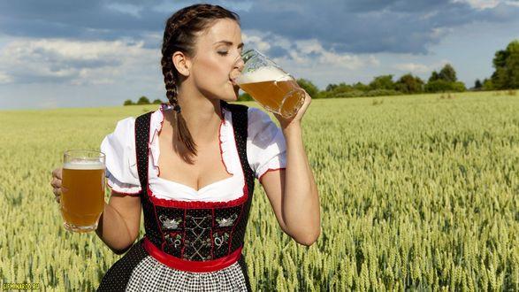 Обои Девушка с пивом стоит в поле