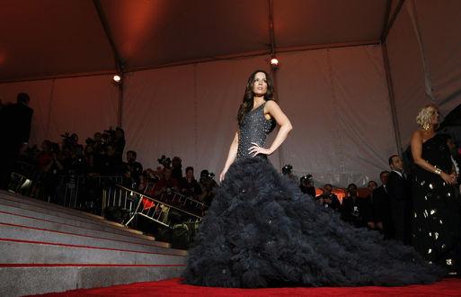 Обои Актриса Kate Beckinsale в бальном черном платье позирует на красной ковровой дорожке