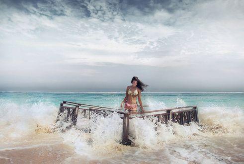 Обои Девушка в купальнике стоит в воде, ву David Olkarny