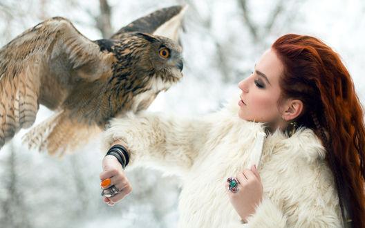 Обои Рыжеволосая девушка с совой
