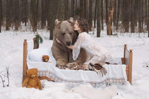 Обои Девушка укладывает медведя Фото Ольги Баранцевой