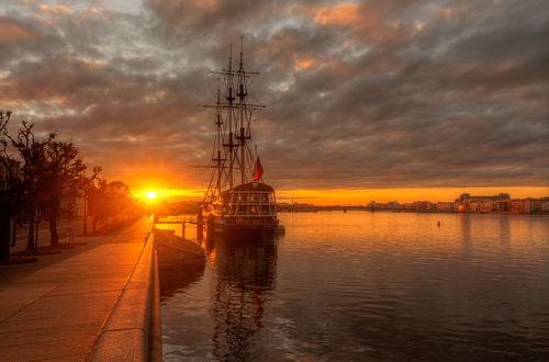 Обои Работа август на Неве, корабль и его отражение в воде под облачным небом, фотограф Гордеев Эдуард
