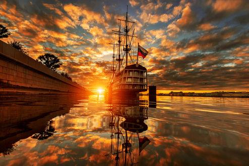 Обои Работа август на Неве, корабль и его отражение в воде под красочным облачным небом, фотограф Гордеев Эдуард