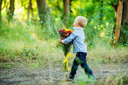 Обои Мальчик с букетом цветов идет по дорожке в парке, фотограф Анна Асланян