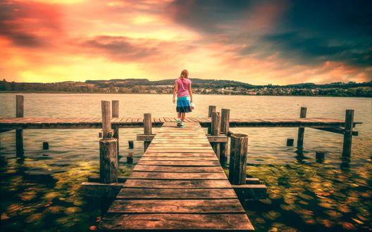 Обои Девушка стоит на деревянном причале с видом на озеро