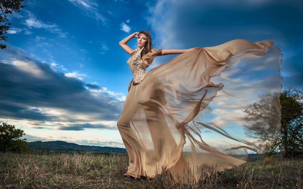 Красивое фото девушки на фоне неба фото 679-511