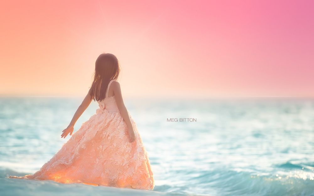 Девушка в персиковом платье