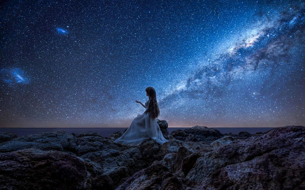 Красивое фото девушки на фоне неба фото 679-465
