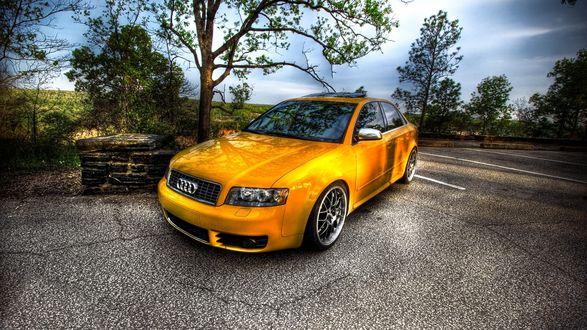 Обои Желтая Ауди / Audi на дороге