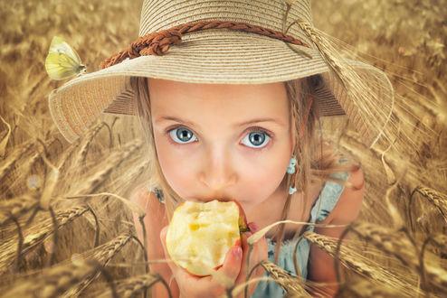 Обои Девочка в шляпе кушает яблоко, ву John Wilhelm is a photoholic