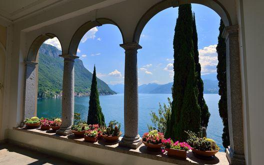 Обои Вид из окна отеля на горное озеро