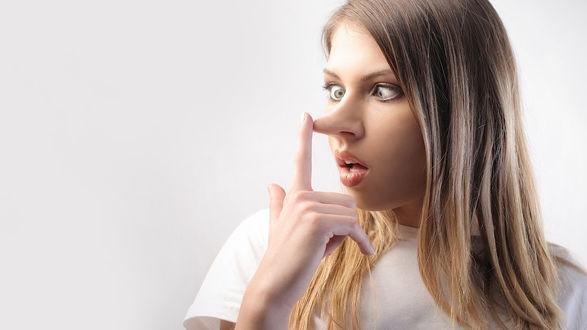 Обои Девушка касается пальцем кончика своего длинного носа